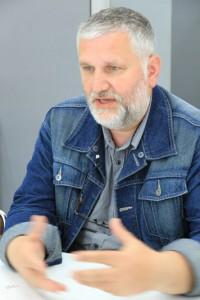 インタビュー中のボヤン・ラドヴィック氏